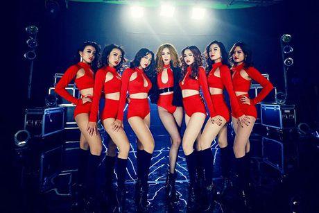 Boc mac loat trang phuc hang hieu dat do cua Khanh My trong MV dau tay - Anh 9