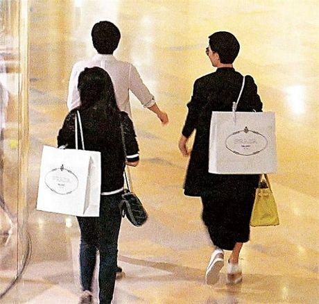 Bao Hong Kong dang anh Ly Nha Ky di mua sam voi Xa Thi Man - Anh 3