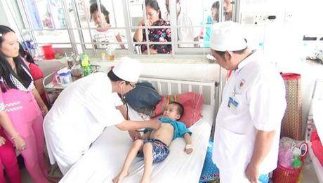 Vinh Long: Tre mam non nhap vien nghi ngo doc thuc pham - Anh 1