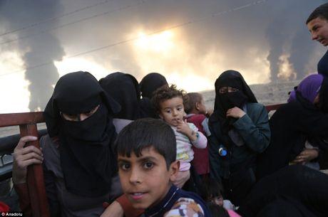 Mosul bi bao vay, tuong linh IS dua vo con bo tron - Anh 2