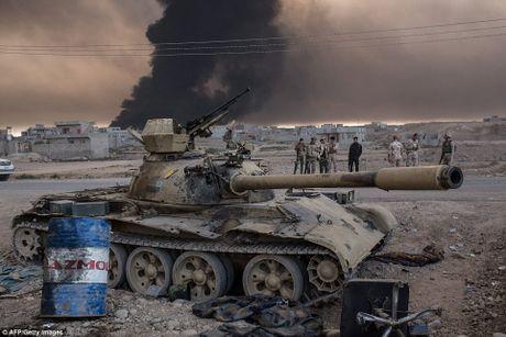 Mosul bi bao vay, tuong linh IS dua vo con bo tron - Anh 3
