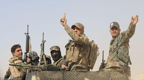 Mosul bi bao vay, tuong linh IS dua vo con bo tron - Anh 4