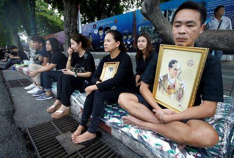 Leicester quy goi tuong niem nha vua Thai Lan - Anh 5