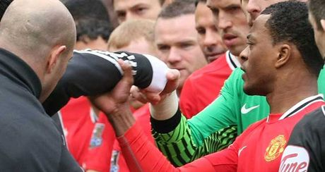 Evra bat ngo chuc mung 'ke thu' Luis Suarez - Anh 2