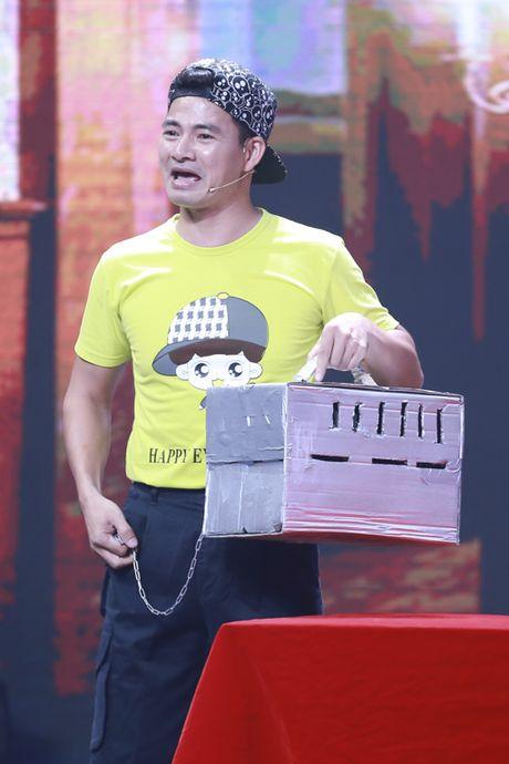 Xuan Bac duoc dien vien tre hon tren san khau - Anh 2