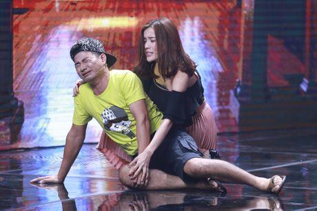 Xuan Bac duoc dien vien tre hon tren san khau - Anh 4