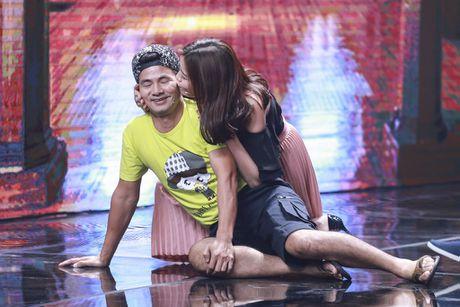 Xuan Bac duoc dien vien tre hon tren san khau - Anh 5