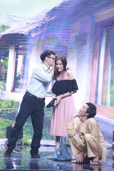 Xuan Bac duoc dien vien tre hon tren san khau - Anh 8