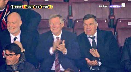 DAC BIET: Sir Alex va CDV Man United vo tay chuc mung pha lam ban cua Robin van Persie - Anh 2