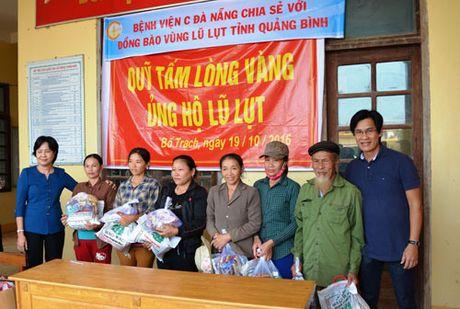 Benh vien C Da Nang tang qua dong bao vung lu Quang Binh - Anh 1