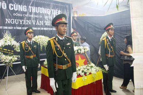 Hang nghin nguoi dan nghen long tien phi cong vu roi may bay - Anh 2