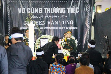 Hang nghin nguoi dan nghen long tien phi cong vu roi may bay - Anh 3