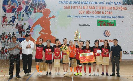 Giai Futsal nu Bao chi TPHCM mo rong – Cup Ton Dong A 2016: Cup ve tay khach moi - Anh 1