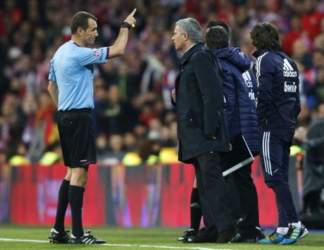Diem lai 12 lan Mourinho bi trung phat trong su nghiep - Anh 10