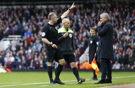 Diem lai 12 lan Mourinho bi trung phat trong su nghiep - Anh 12