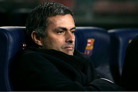 Diem lai 12 lan Mourinho bi trung phat trong su nghiep - Anh 2