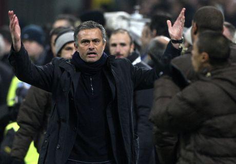 Diem lai 12 lan Mourinho bi trung phat trong su nghiep - Anh 4