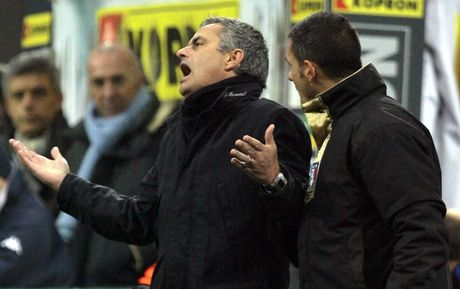 Diem lai 12 lan Mourinho bi trung phat trong su nghiep - Anh 5