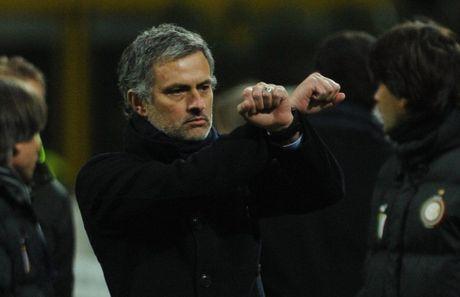 Diem lai 12 lan Mourinho bi trung phat trong su nghiep - Anh 6