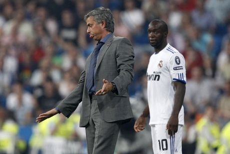 Diem lai 12 lan Mourinho bi trung phat trong su nghiep - Anh 7