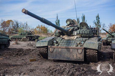 Bat ngo dan tang T-72B1 cua dan quan mien Dong Ukraine - Anh 1