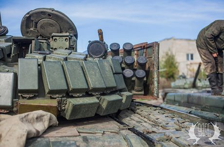 Bat ngo dan tang T-72B1 cua dan quan mien Dong Ukraine - Anh 5