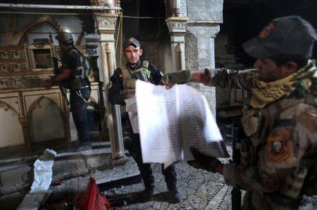 Soi nha tho o dong Mosul bi phien quan IS tan pha - Anh 2