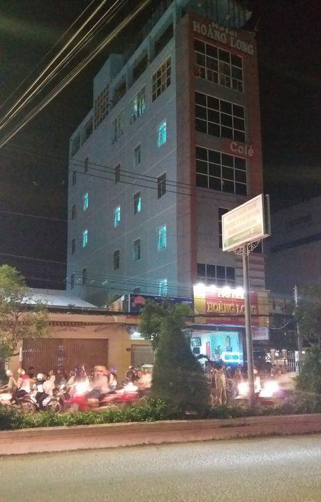 Thanh nien nghi 'ngao da' nhay nhot tren tang thuong roi te nga - Anh 1