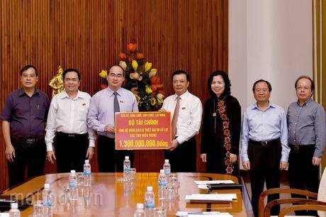 Nganh Tai chinh quyen gop gan 1,5 ty dong ung ho dong bao mien Trung - Anh 1