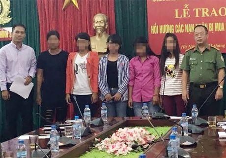 Giai cuu 5 phu nu, tre em nguoi Campuchia bi ban ra nuoc ngoai - Anh 2