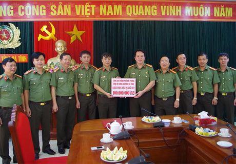 Cong an TP Hai Phong ung ho CBCS Cong an vung lu Ha Tinh 100 trieu dong - Anh 1