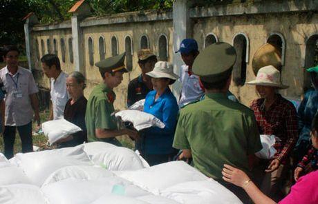 Cong ty Nam Trieu ung ho nguoi dan Quang Binh 10 tan gao - Anh 1