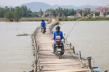 Pham Huong ngoi xe may, lan xa vao vung 'ron lu' - Anh 1