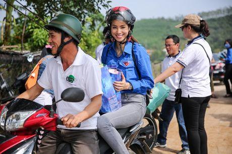 Pham Huong ngoi xe may, lan xa vao vung 'ron lu' - Anh 2