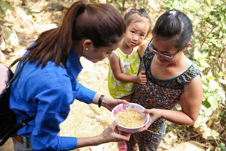 Pham Huong ngoi xe may, lan xa vao vung 'ron lu' - Anh 5