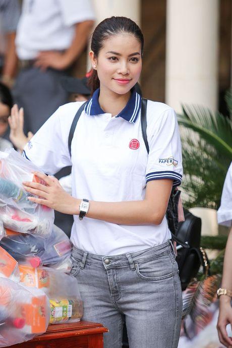 Pham Huong ngoi xe may, lan xa vao vung 'ron lu' - Anh 6
