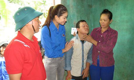 Hoa hau Hoan vu Pham Huong den voi ba con vung lu Quang Binh - Anh 3