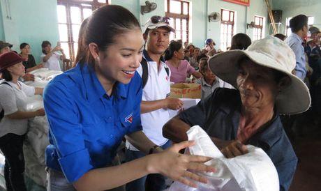 Hoa hau Hoan vu Pham Huong den voi ba con vung lu Quang Binh - Anh 5