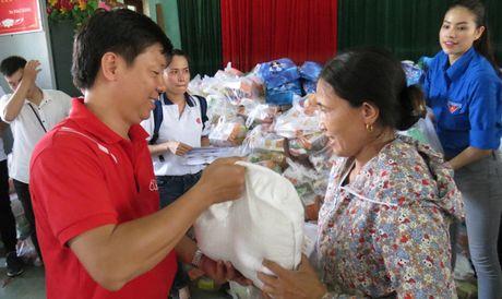 Hoa hau Hoan vu Pham Huong den voi ba con vung lu Quang Binh - Anh 6
