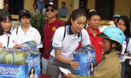 Hoa hau Hoan vu Pham Huong den voi ba con vung lu Quang Binh - Anh 8