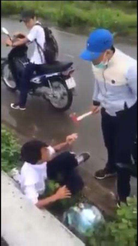Xon xao doan clip nam sinh danh ban da man bang bua - Anh 1