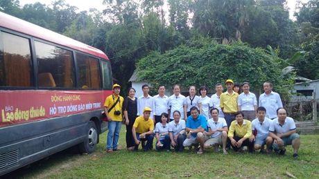 Chuyen hang cuu tro cua bao Lao dong Thu do den tay ba con vung lu - Anh 11