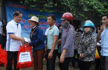 Chuyen hang cuu tro cua bao Lao dong Thu do den tay ba con vung lu - Anh 1