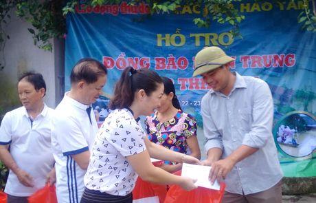 Chuyen hang cuu tro cua bao Lao dong Thu do den tay ba con vung lu - Anh 2