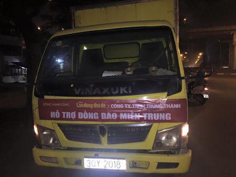 Chuyen hang cuu tro cua bao Lao dong Thu do den tay ba con vung lu - Anh 3
