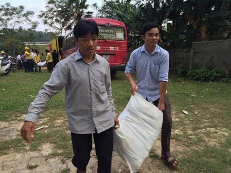 Chuyen hang cuu tro cua bao Lao dong Thu do den tay ba con vung lu - Anh 5