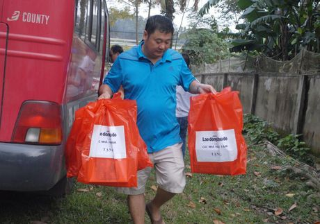 Chuyen hang cuu tro cua bao Lao dong Thu do den tay ba con vung lu - Anh 6