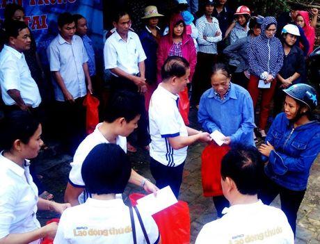 Chuyen hang cuu tro cua bao Lao dong Thu do den tay ba con vung lu - Anh 7