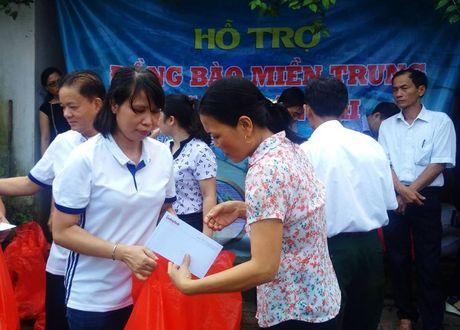 Chuyen hang cuu tro cua bao Lao dong Thu do den tay ba con vung lu - Anh 9