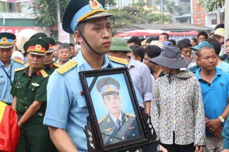 Ha Nam: Roi nuoc mat tien dua nguoi linh phi cong ve coi vinh hang - Anh 1
